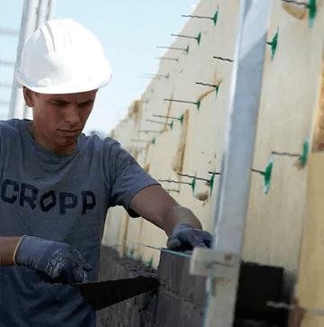 Maurermeister bei der Arbeit auf einer Baustelle