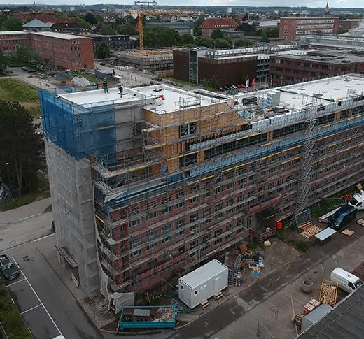 Das neue Rewe Verwaltungsgebäude per Luftaufnahme als Referenz für die Bauleistungen der Kubau GmbH aus Kiel