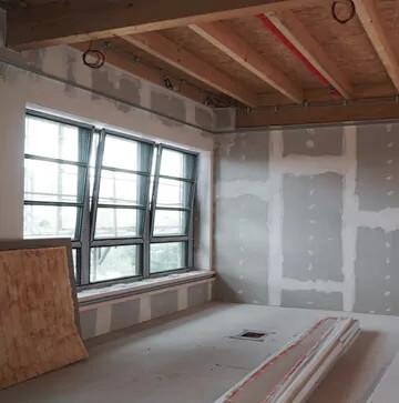 Ein Raum mit Fenster im frischen Trockenrohbau mit Brandhemenden Trockenbauplatten