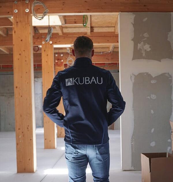 Laurynas Kulikas von der Kubau GmbH auf der Wissenschaftspark Baustelle in Kiel